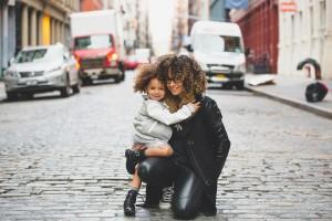 mamá y niña con rizos