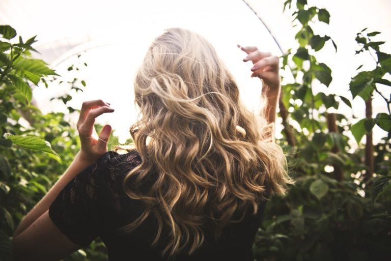 por que sale orzuela en el cabello